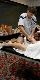 Ricardo Pérez Fisioterapeuta-Osteópata del Real Valladolid C.F. aplicando sesión de masaje.